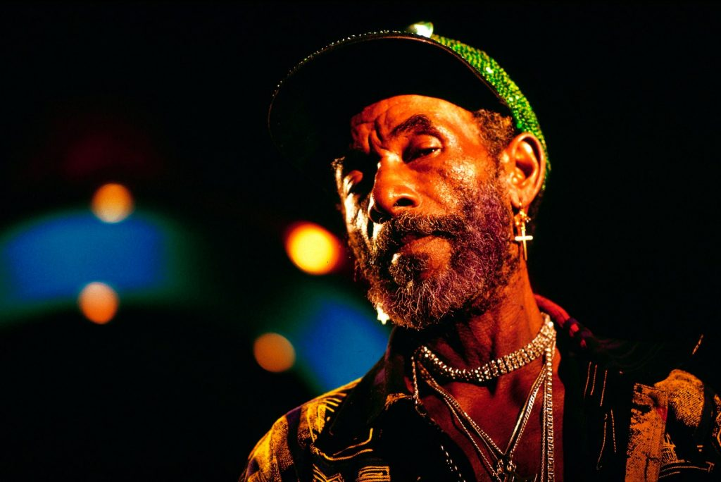 """Bagaimana Lee """"Scratch"""" Perry Memahat Suara Reggae"""